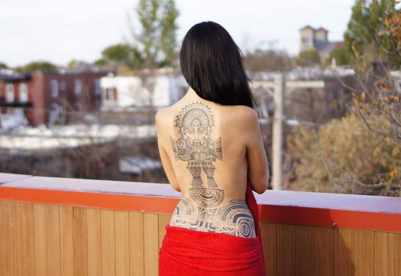 tatouage-de-voyage-femme-carte-du-monde